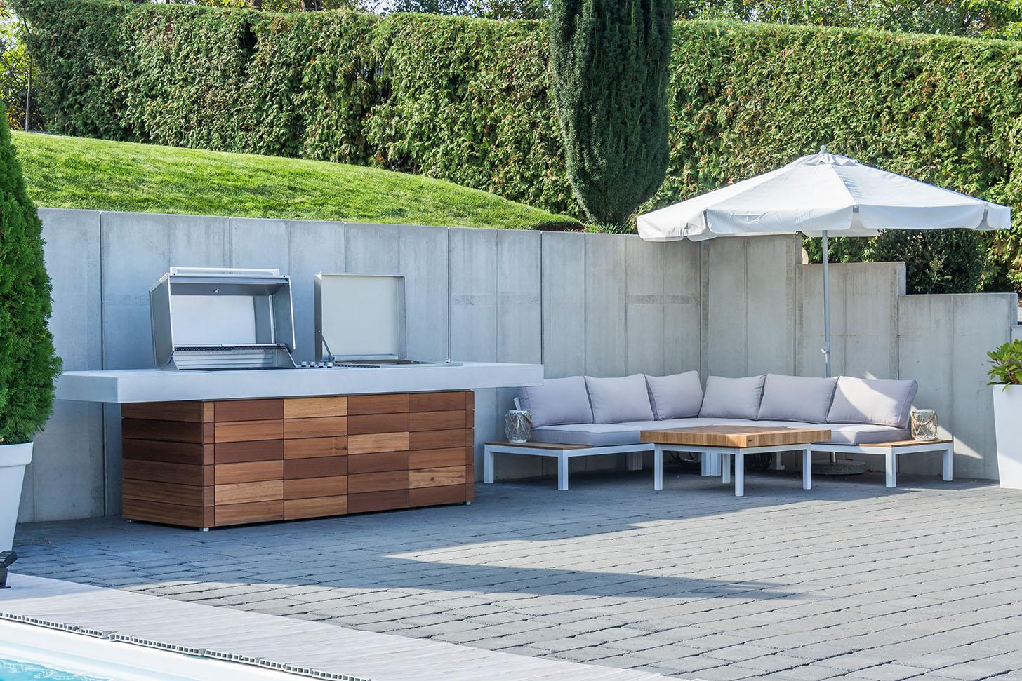 Außenküche Aussenkueche Holz Beton gespachtelt Glasfaser Boden fugenlos mainTisch mainBeton bad Badewanne Küche Arbeitsplatte Außenküchen Wand Dusche Tisch Bild6