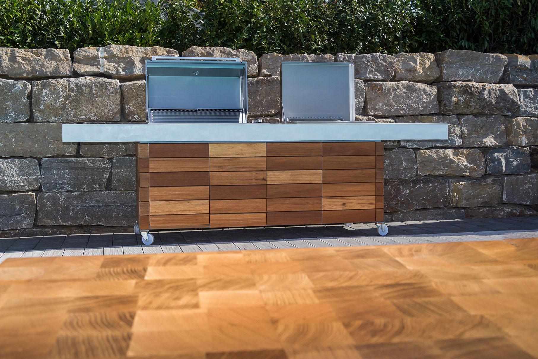 Aussenkueche Grill Beton Holz Outdoor Living Betonboden Gussboden fugenlos Treppe grau Küche Bad Badezimmer Wohnzimmer Tisch Möbel mainTisch mainBeton mainGrill 38