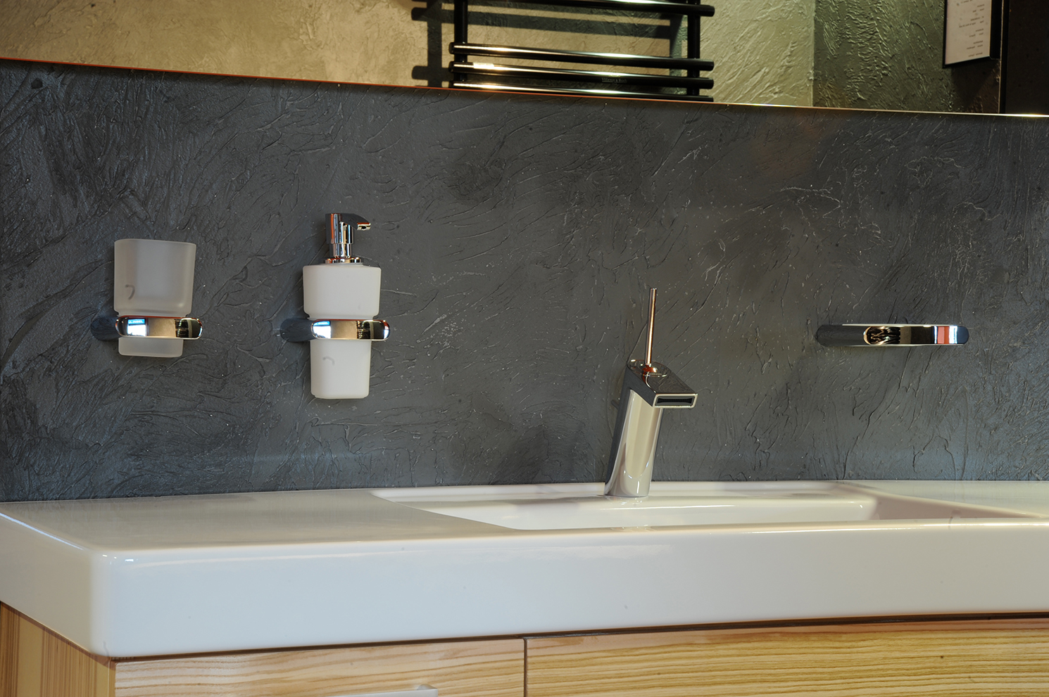 Badezimmer Spachtelbeton gespachteter Beton Dusche Badewanne Betonboden Gussboden fugenlos Treppe grau Küche Bad Wohnzimmer Tisch Möbel mainTisch mainBeton mainGrill 8