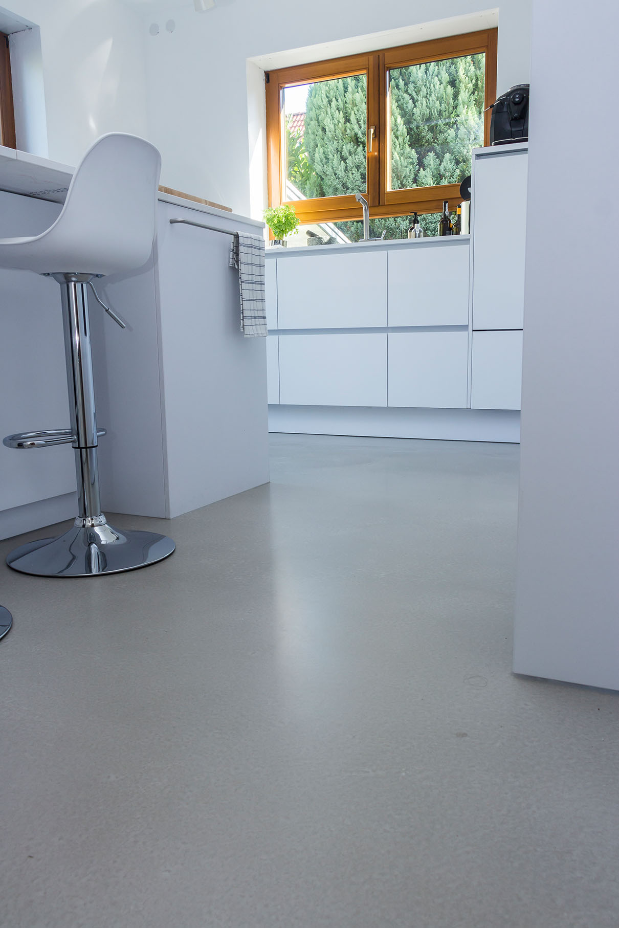 Betonboden Gussboden fugenlos Treppe grau Küche Bad Badezimmer Wohnzimmer Tisch Möbel mainTisch mainBeton mainGrill 6
