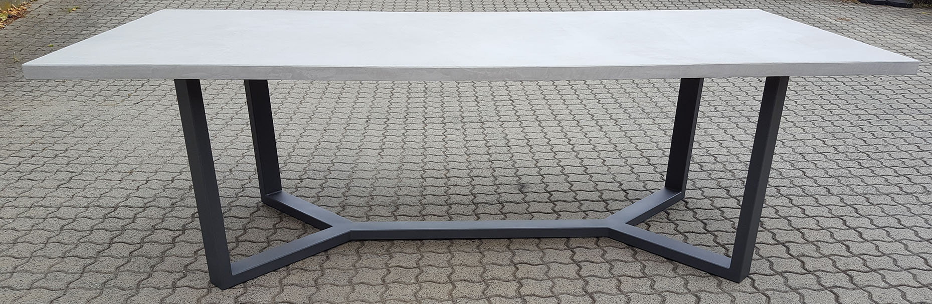 Masstisch Beton Spachtelbeton Esstisch Schreibtisch Betonboden Gussboden fugenlos Treppe grau Küche Bad Badezimmer Wohnzimmer Möbel mainTisch mainBeton mainGrill 1