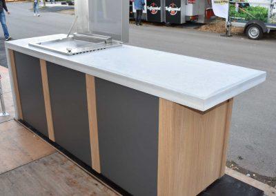 mainTisch Sanne living Aussenküche Beton L Form mainGrill (1)